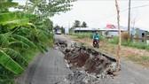 Sụp lún, sạt lở đường Tỉnh lộ 965 đoạn thuộc địa bàn ấp Minh Tiến A, xã Minh Thuận, huyện U Minh Thượng (Kiên Giang). Ảnh: TTXVN