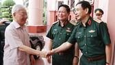 Tổng Bí thư, Chủ tịch nước  Nguyễn Phú Trọng,  Bí thư Quân ủy Trung ương với các đồng chí lãnh đạo Bộ Quốc phòng. Ảnh: TTXVN