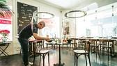 Nhiều nhà hàng ở Pháp vắng bóng khách do ảnh hưởng đại dịch Covid-19
