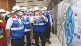 Chủ tịch UBND TPHCM Nguyễn Thành Phong tham quan công trường Ga Nhà hát Thành phố  của tuyến đường sắt đô thị số 1 Bến Thành - Suối Tiên ngày 27-4-2020. Ảnh: HOÀNG HÙNG