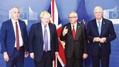 Thủ tướng Anh Boris Johnson (thứ 2 từ trái sang) tham dự hội nghị bàn về Brexit  với giới chức EU vào cuối năm 2019