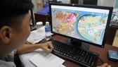 Xem thông tin quy hoạch sử dụng đất của TPHCM. Ảnh: CAO THĂNG