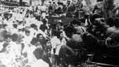 Nhân dân Sài Gòn đón mừng Quân Giải phóng ngày 30-4-1975. Ảnh: TƯ LIỆU