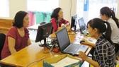 Phụ huynh đến trường để được hướng dẫn đăng ký hồ sơ tuyển sinh trực tuyến  tại Trường THCS Nguyễn Gia Thiều (quận Tân Bình)