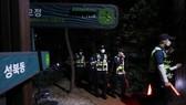 Cảnh sát thành phố Seoul tập trung tại khu vực tìm thấy xác thị trưởng Park. Ảnh: YONHAP NEWS