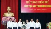 Thủ tướng Nguyễn Xuân Phúc tặng quà lưu niệm cho tỉnh Ninh Bình. Ảnh: TTXVN