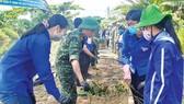 Các chiến sĩ tình nguyện  tổng vệ sinh tuyến Rạch Thợ Bột (quận 12, TPHCM)