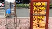 Tủ bánh mì đầy ắp, nóng hổi đặt trên vỉa hè để tặng người lao động nghèo