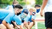 Học sinh một trường học ở bang Colorado (Mỹ) tham gia hoạt động thể thao trong mùa dịch Covid-19