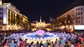 Phố đi bộ Nguyễn Huệ thu hút đông đảo người dân đến vui chơi. Ảnh: VIỆT DŨNG