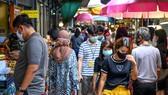 Người dân đeo khẩu trang phòng lây nhiễm COVID-19 khi mua sắm tại một khu chợ ở Bangkok, Thái Lan. Nguồn: TTXVN