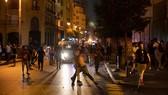 Người biểu tình ném đá về phía lực lượng an ninh tại Beirut. Ảnh: AP