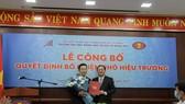 PGS.TS Huỳnh Thành Đạt trao quyết định bổ nhiệm cho TS Lê Hoàng Dũng