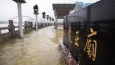 Nước lũ dâng đến bia đá của đền Longwang ở Vũ Hán hồi tháng 7