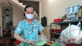 Chị Ngọc Thúy đang gói sản phẩm để chuyển đến khách hàng đặt mua qua mạng
