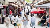 Người dân đeo khẩu trang phòng lây nhiễm COVID-19 tại một chợ ở Seoul, Hàn Quốc, ngày 1-9-2020. Ảnh: THX/TTXVN