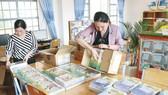 Giáo viên Trường Tiểu học  xã Đạ Nhim, huyện Lạc Dương, Lâm Đồng tiếp nhận sách giáo khoa lớp 1 trong ngày 3-9  để chuẩn bị phân phát đến các học sinh có hoàn cảnh khó khăn. Ảnh: ĐOÀN KIÊN