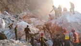 Lực lượng cứu hộ tìm kiếm nạn nhân tại hiện trường vụ sạt lở mỏ đá thuộc tỉnh Khyber Pakhtunkhwa, Tây Bắc Pakistan ngày 7-9. Ảnh: DAILY PAKISTAN/TTXVN)