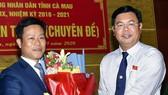 Bí thư Tỉnh ủy, ông Nguyễn Tiến Hải (phải) tặng hoa chúc mừng ông Lê Quân được đại biểu HĐND tỉnh bầu giữ chức vụ Chủ tịch UBND tỉnh, tại Kỳ họp thứ 13, HĐND tỉnh khóa IX, ngày 3-9