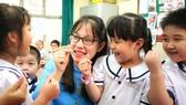 Cô Nguyễn Thị Bích Duyên, giáo viên Trường Tiểu học Lê Văn Tám, quận Tân Phú, TPHCM  trò chuyện cùng học sinh.  Ảnh: HOÀNG HÙNG