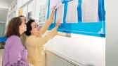 Cử tri phường 12, quận Phú Nhuận xem danh sách tại điểm bỏ phiếu UBND phường. Ảnh: THÁI PHƯƠNG