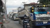 Người đi đường đối mặt hiểm nguy khi xe tải, container lưu thông  ken dày trên đường Nguyễn Duy Trinh