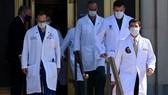 Đội ngũ bác sĩ của Tổng thống Trump trong cuộc họp báo ngày 4-10. Ảnh: REUTRES