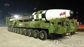 Đài Truyền hình Trung ương Triều Tiên đưa tin về tên lửa đạn đạo liên lục địa (ICBM) mới tại Bình Nhưỡng để kỷ niệm 75 năm ngày thành lập Đảng Lao động cầm quyền. Nguồn: YONHAP