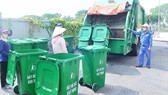 Thu gom rác tại một khu cao ốc ở huyện Bình Chánh để đưa đi phân loại, xử lý. Ảnh: THÀNH TRÍ