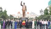 Ban Thường vụ Thành ủy TPHCM cùng các đại biểu tham dự đại hội Đảng bộ TPHCM lần thứ XI dâng hoa tại Tượng đài Chủ tịch Hồ Chí Minh. Ảnh: VIỆT DŨNG
