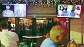 Cuộc tranh luận giữa 2 ứng viên Tổng thống Mỹ được phát sóng trực tiếp                                 trên nhiều kênh truyền hình ở Florida                                       Ảnh: REUTERS