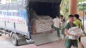 Thông qua sự kết nối của Báo SGGP, Công ty CP Tập đoàn INTIMEX (TPHCM) đã chuyển 10 tấn gạo từ miền Nam đến Thừa Thiên – Huế để giúp đỡ người dân vùng lũ
