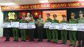 Thiếu tướng Lê Hồng Nam - Giám đốc Công an TPHCM trao thưởng cho các đơn vị