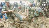 Thi thể một nạn nhân được tìm thấy vào sáng 30-10 tại điểm sạt lở xã Trà Leng, huyện Nam Trà My, tỉnh Quảng Nam. Ảnh: NGUYỄN CƯỜNG