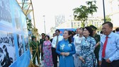 Chủ tịch HĐND TPHCM Nguyễn Thị Lệ cùng các đại biểu xem triển lãm 90 năm công tác Dân Vận. Ảnh: VIỆT DŨNG