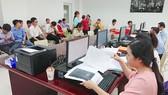 Giải quyết hồ sơ cho người dân tại UBND quận Thủ Đức, TPHCM. Ảnh: KIỀU PHONG