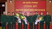 Đại tướng Ngô Xuân Lịch trao quyết định bổ nhiệm chức vụ cán bộ của Bộ Quốc phòng. Ảnh: VGP