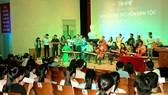 Đưa âm nhạc dân tộc giới thiệu đến sinh viên học sinh  là một giải pháp để giữ được văn hóa truyền thống dân tộc. Ảnh: THÚY BÌNH
