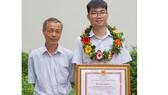 Em Nguyễn Mạc Nam Trung  và thầy Nguyễn Trọng Tuấn.  Ảnh: HOÀNG HÙNG
