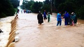 Nhiều tuyến đường bị ngập lụt, chia cắt tại tỉnh Phú Yên. Ảnh: NGỌC OAI