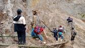 Người dân xã Phước Thành, huyện Phước Sơn, Quảng Nam đưa trẻ em ra xã Phước Kim để trú tránh. Ảnh: NGỌC PHÚC