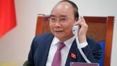 Thủ tướng Chính phủ Nguyễn Xuân Phúc điện đàm với Thủ tướng CHDCND Lào Thongloun Sisoulit. Ảnh: VGP