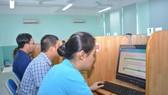 Các công chức của quận 10 dự thi kiểm tra năng lực bằng hình thức trắc nghiệm trên máy tính. Ảnh: ÁI CHÂN