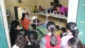Học sinh Trường Phổ thông Dân tộc bán trú Tiểu học Trà Tập (Nam Trà My, Quảng Nam) nhận sách vở mới. Ảnh: AN KHÊ