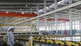 Dây chuyền sản xuất của Nhà máy sản xuất kính nổi siêu trắng Phú Mỹ. Ảnh: TTXVN