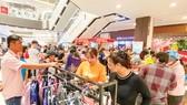 Mua sắm tại siêu thị Aeon, quận Tân Phú, TPHCM. Ảnh: CAO THĂNG
