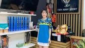 Sau cầu lông, Vũ Thị Trang chăm chút cho công việc kinh doanh. Ảnh: NVCC