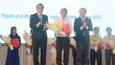 Lãnh đạo Đại học Quốc gia TPHCM chúc mừng các giảng viên vừa được công nhận danh hiệu Nhà Giáo Nhân dân, Giáo sư, Phó Giáo sư. Ảnh: THANHUYTPHCM.VN