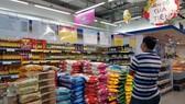 Hàng tết đầy ắp trên các kệ siêu thị