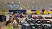 Khách hàng mua hàng gia dụng giảm giá tại Co.opmart